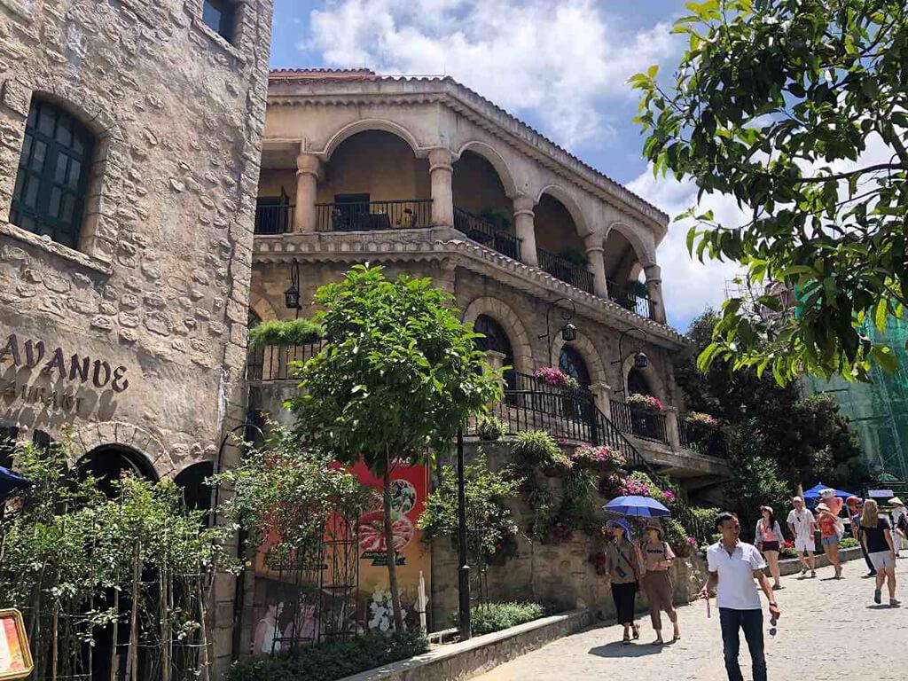 巴拿山裡面都有附設餐廳,山上每一棟建築物都是法式風格