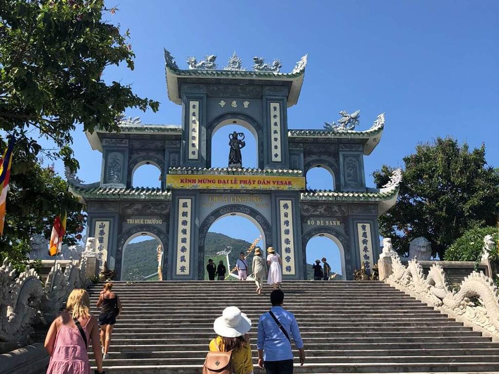 山茶半島在峴港港口的正中央