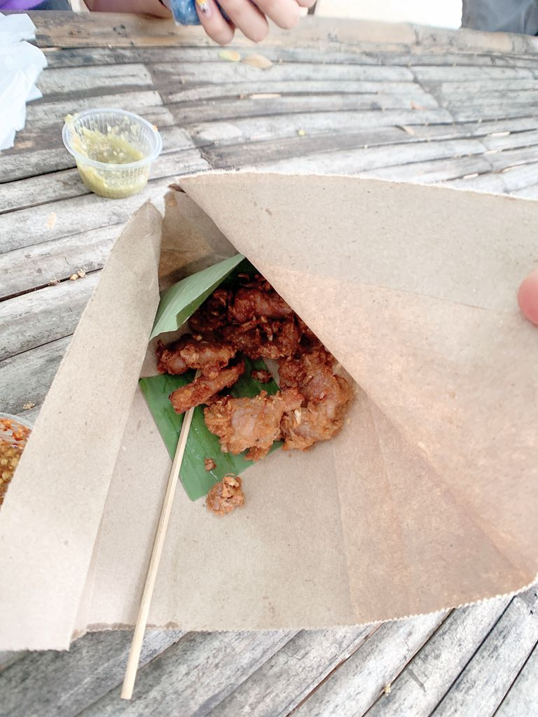 泰國清邁jingjaimarket道地傳統小吃-炸豬肉