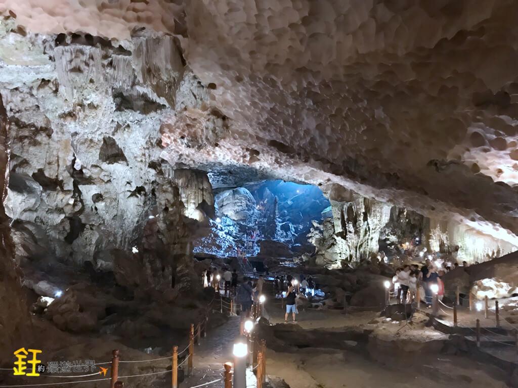 驚訝洞是下龍灣目前被發掘的最大最美的鐘乳石洞